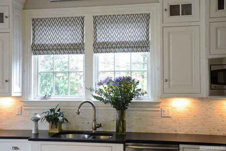 This modern kitchen curtain ideauses the good old black and white combination