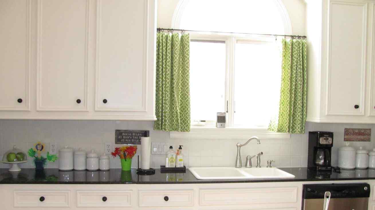 This kitchen curtain ideauses a brighter tone
